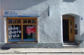 Vstup do pobočky Okna Macek Bruntál